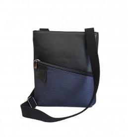 Borsello Uomo in pelle nera con tasca asimmetrica in tessuto tecnico a rete blu, retro in pelle nera trapuntata. Tracolla in cotone nera.